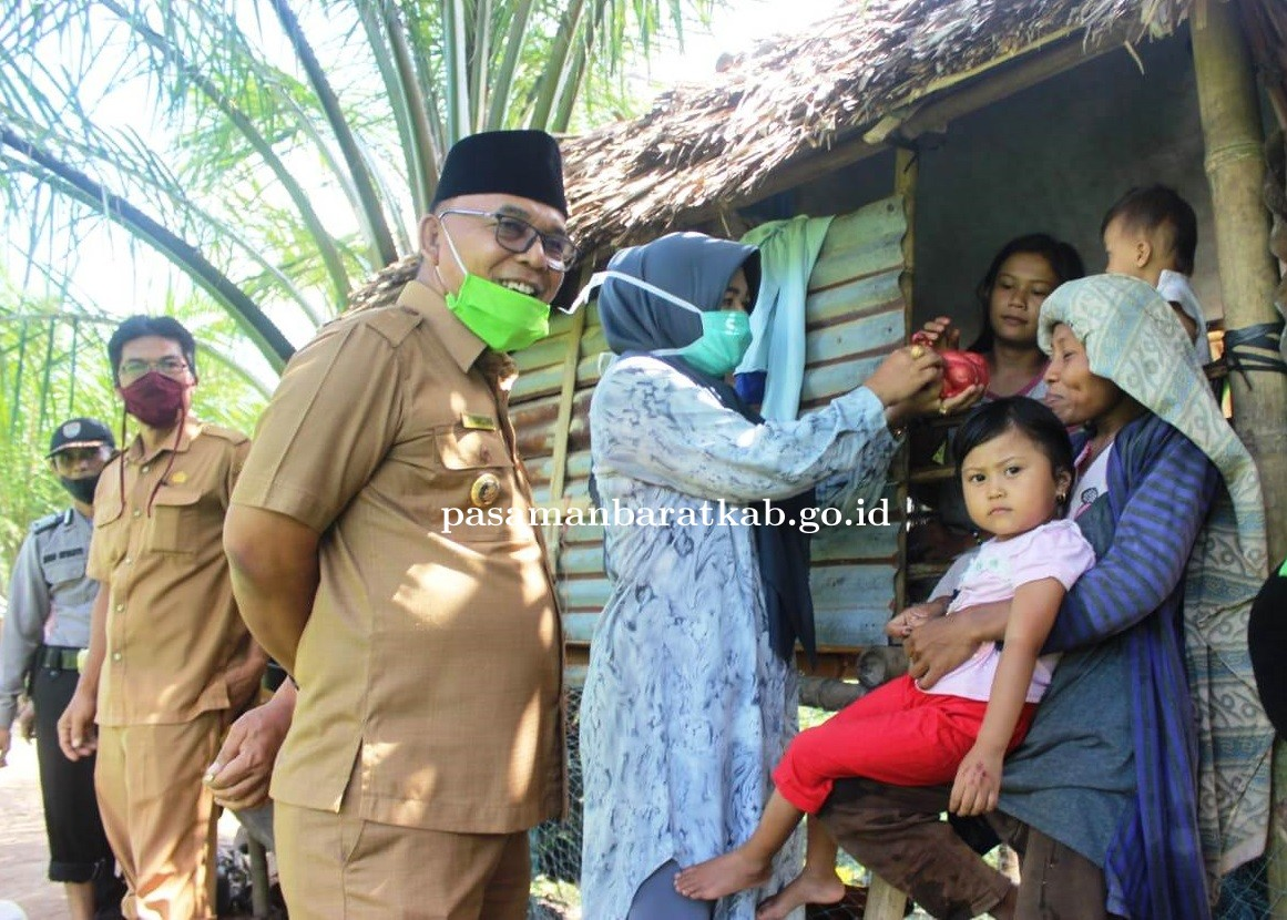 Bupati Pasbar dan Istri Kunjungi Warga Kurang Mampu di Pinggiran Sungai Padang Laban